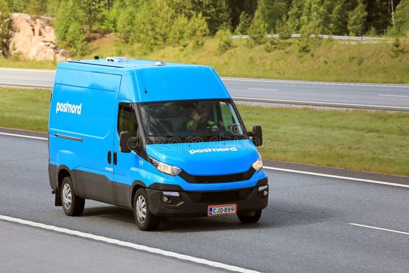 Blå leveransskåpbil på hastighet arkivfoton