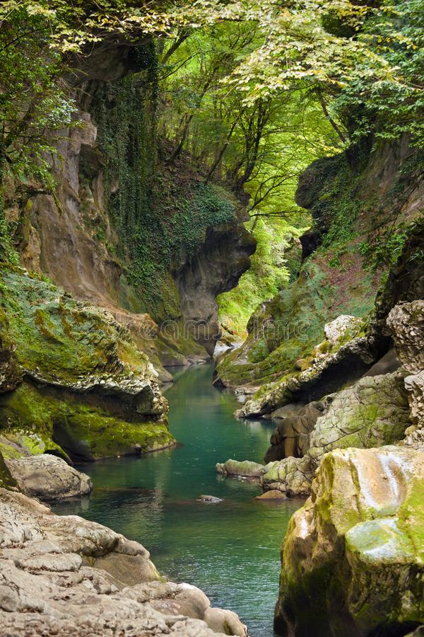 Blå liten vik i den Martvili kanjonen, Georgia arkivbilder