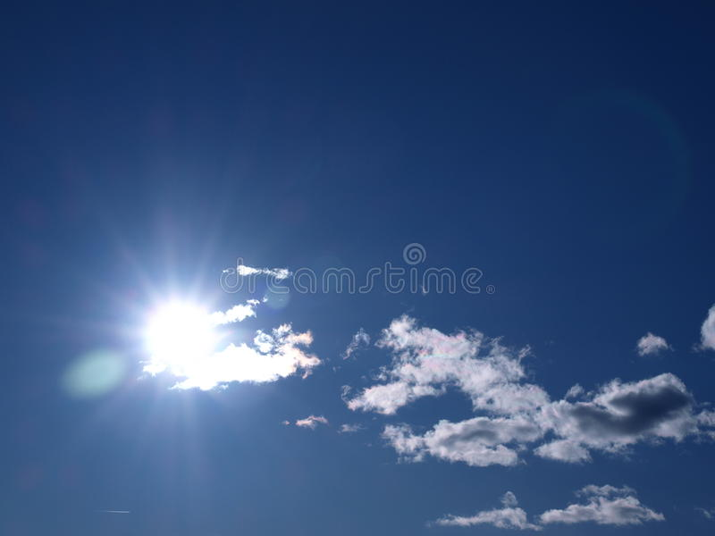 blå ljus skinande skysun royaltyfria bilder