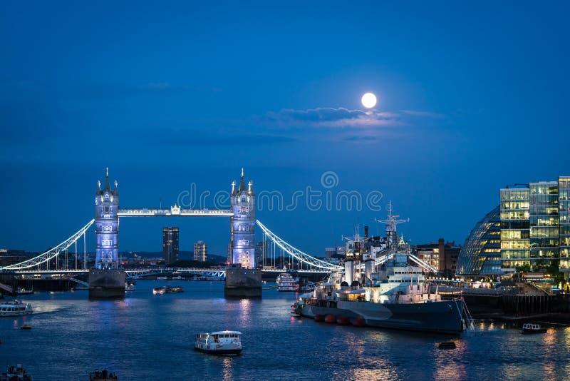 Blå måne över London fotografering för bildbyråer