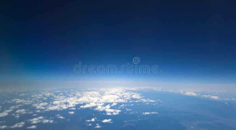 blå mörk hög sky royaltyfri foto