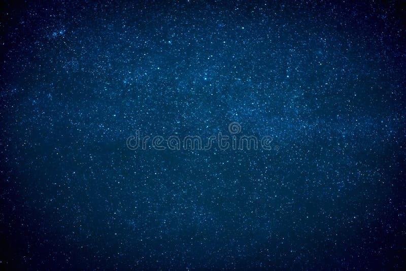 Blå mörk natthimmel med många stjärnor arkivbild