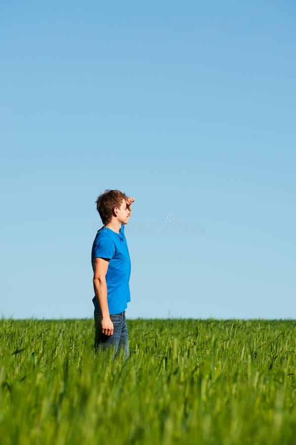blå man som undersöker mycket noggrant skjorta t arkivbild