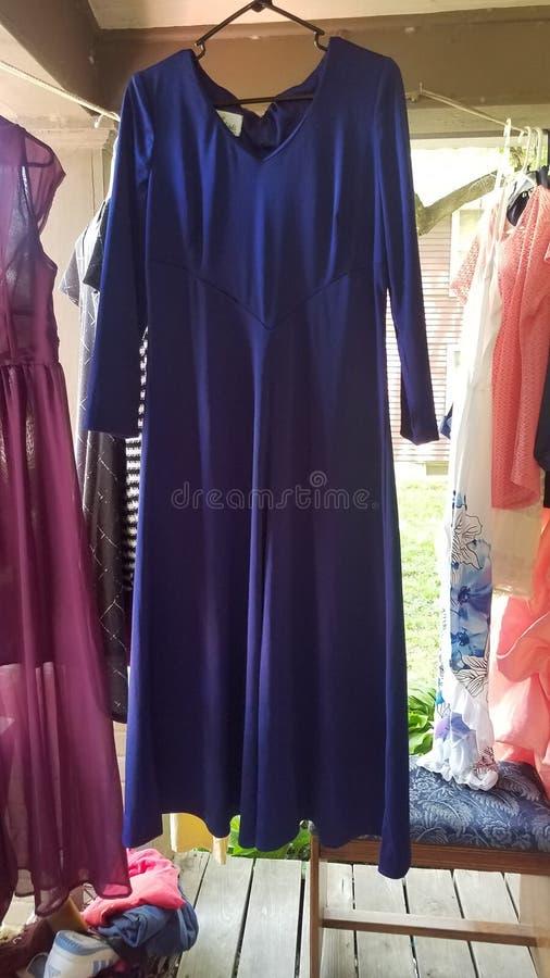 Blå marinblå klänning royaltyfria bilder