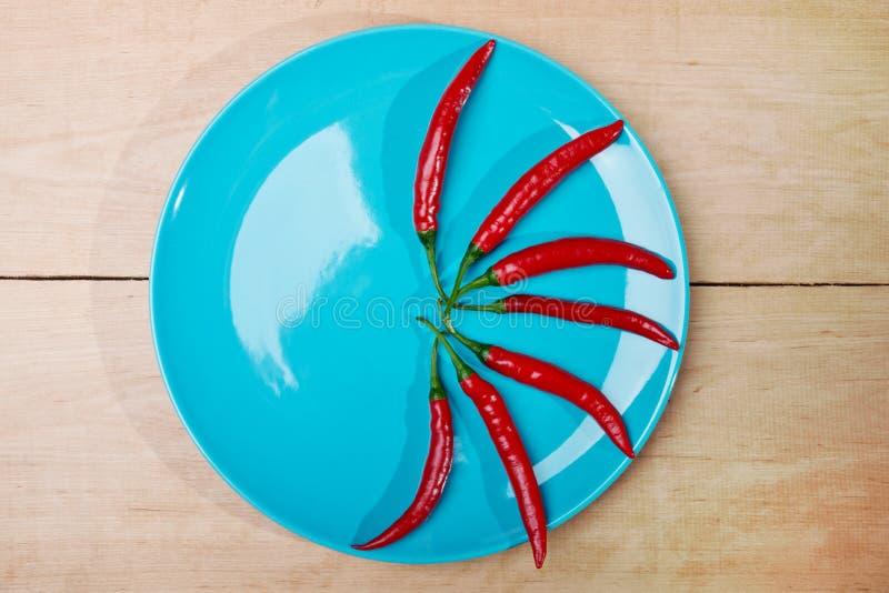Blå maträtt med pappers royaltyfria bilder