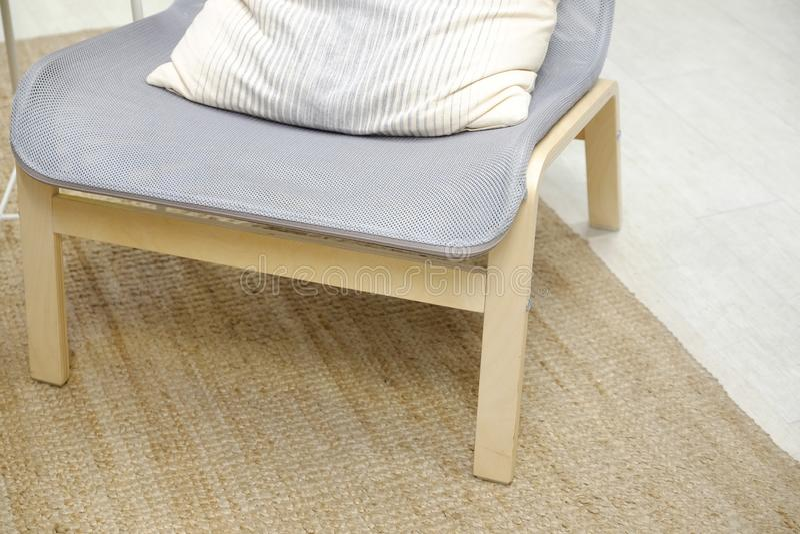 Blå mjuk stol med kudden, hög tillbaka läs- lampa ovanför huvudet interiorvardagsrum för bild 3d Sofaen med kudder royaltyfri foto
