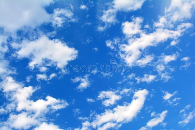 Blå molnig himmel, hög upplösningsbild arkivfoton