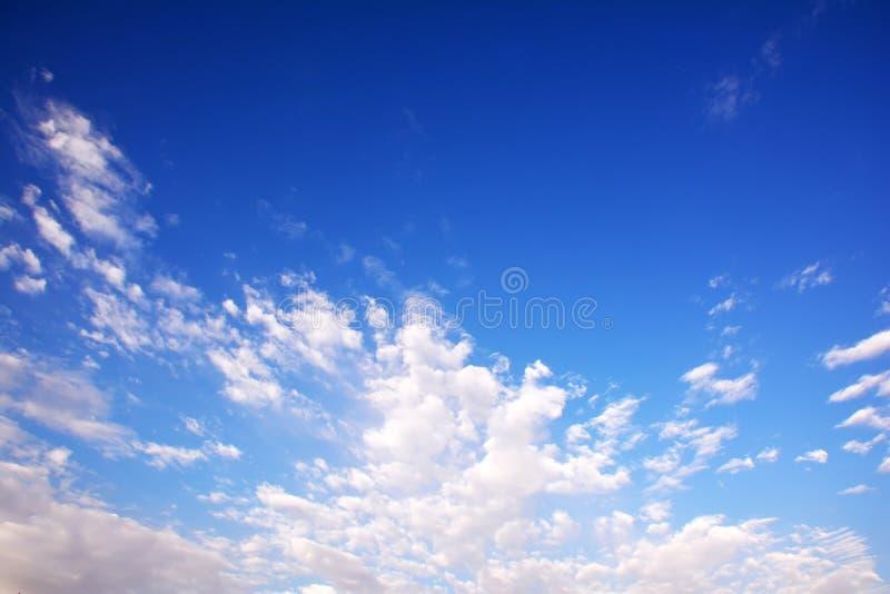 Blå molnig himmel, hög upplösningsbild fotografering för bildbyråer