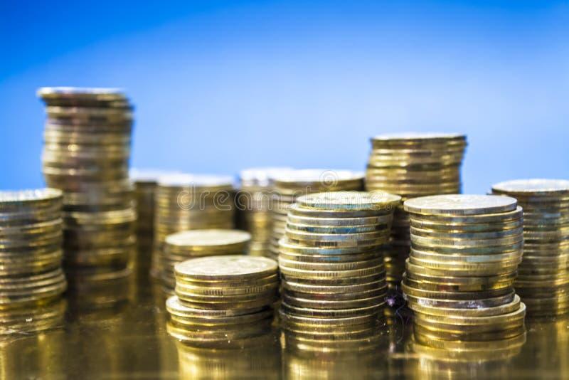 Blå monophonic bakgrund Torn från mynt Ukrainare Hryvnia Pengar och finans, vinst Affär ackumulations arkivfoton