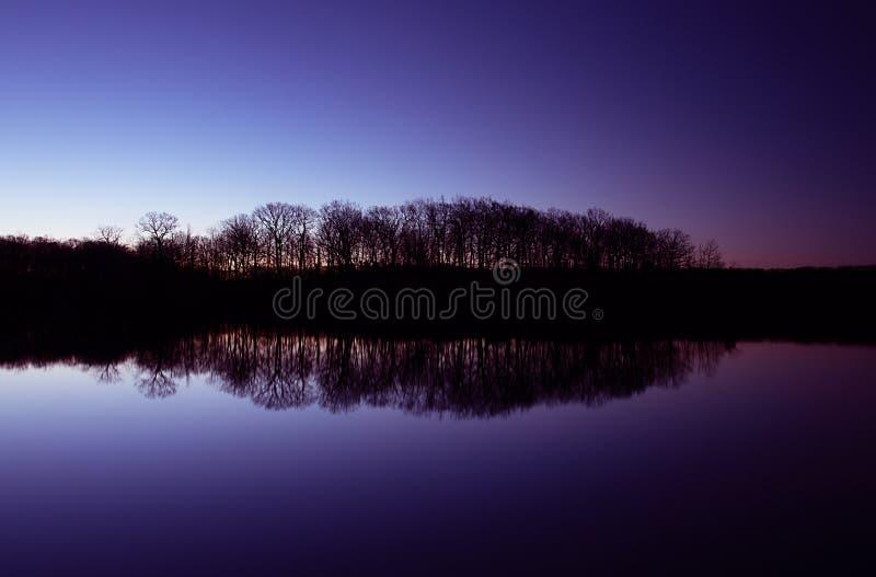 Blå morgon på sjön royaltyfri fotografi