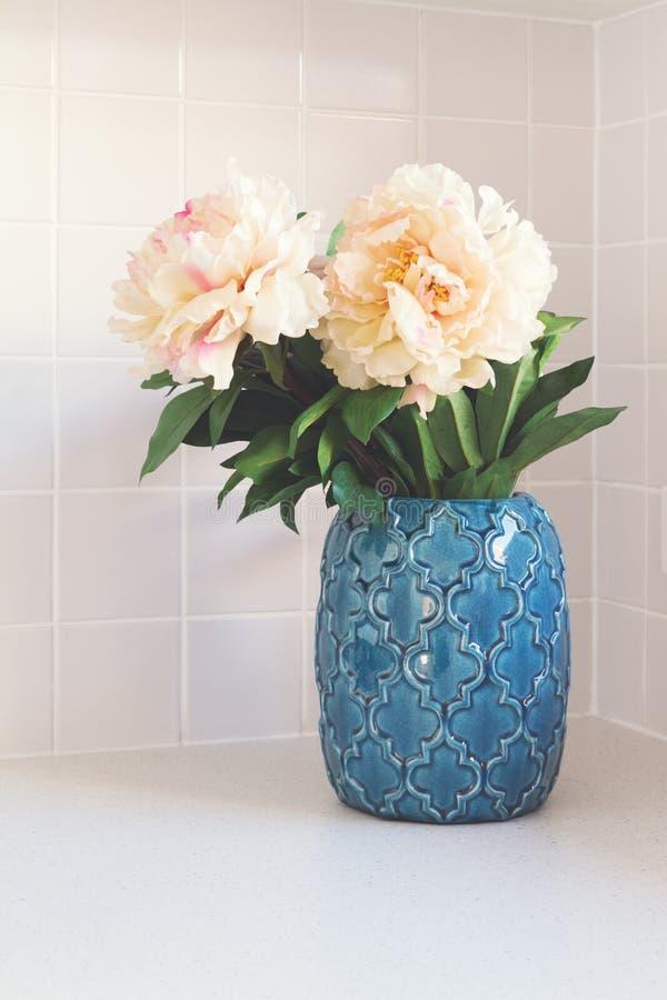 Blå moroccan vas med stora vita blommor royaltyfria bilder