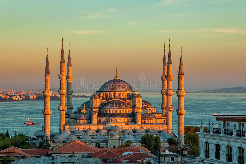 Blå moské i Istanbul i solnedgång royaltyfri foto