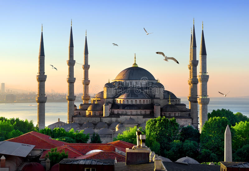 Blå moské på soluppgång arkivbild
