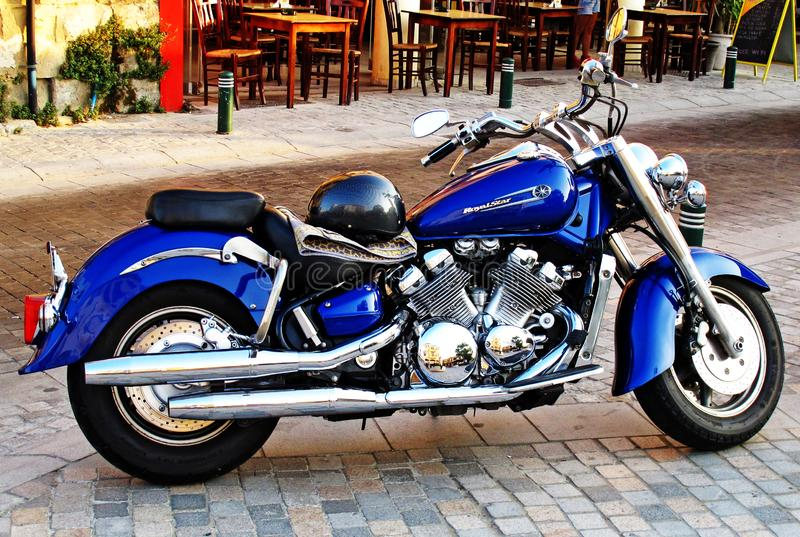 Blå motorcykel som göras för att utställning royaltyfri bild