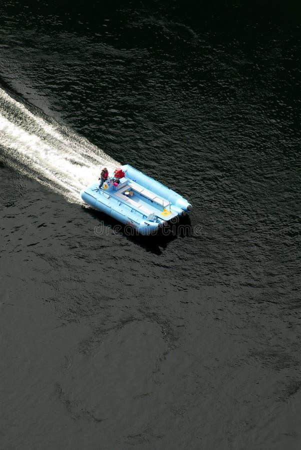 blå motorized raft royaltyfri fotografi