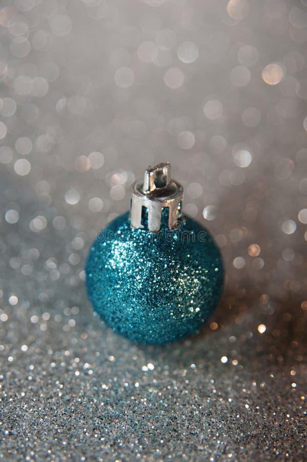 Blå mousserande jul klumpa ihop sig på silver blänker bakgrund royaltyfria foton