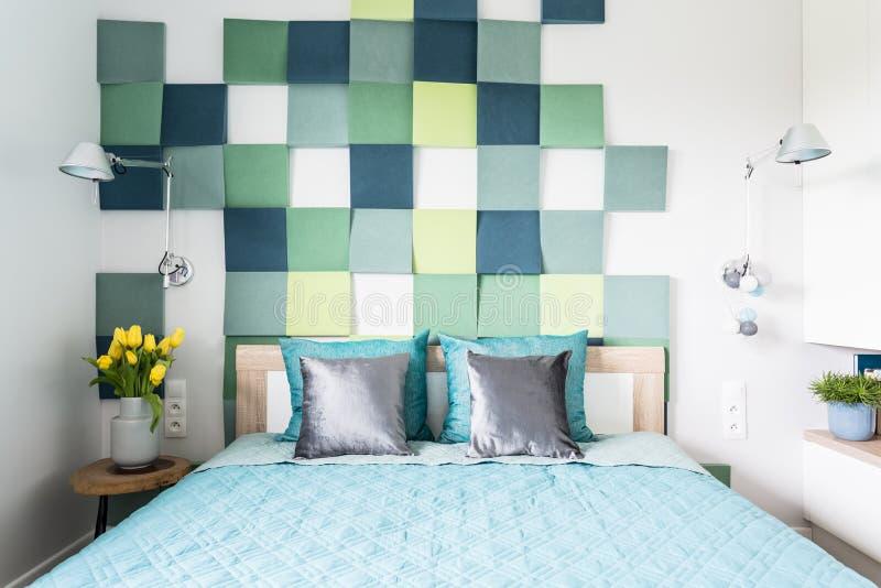 Blå och grön sovruminre arkivfoto