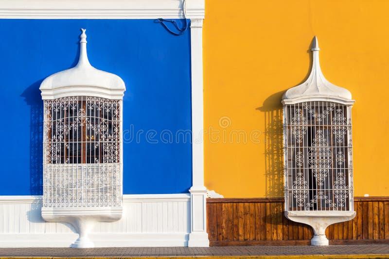 Blå och gul arkitektur i Trujillo royaltyfri fotografi