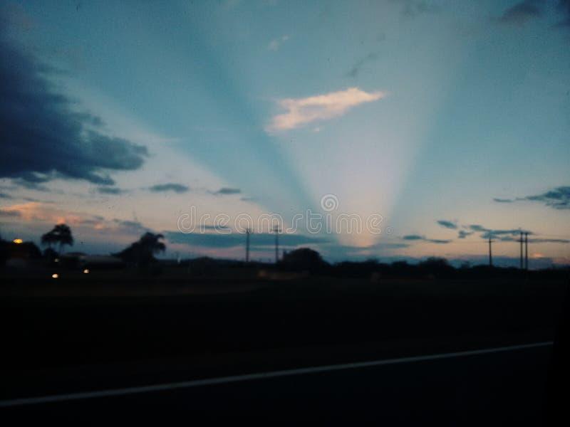 Blå och orange suntet med den ljusa strålen arkivbild