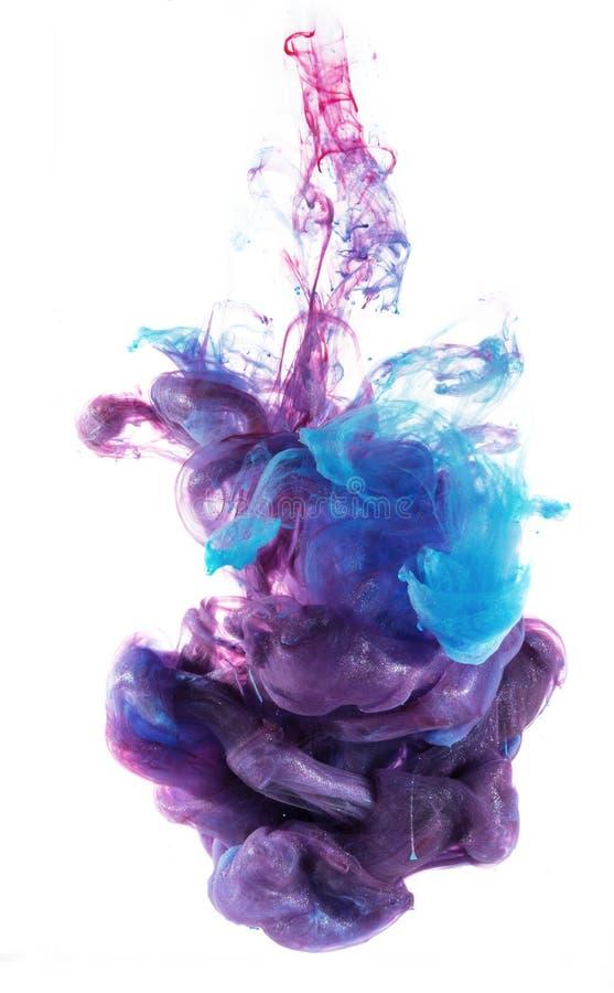 Blå och violett undervattens- färgpulverfärgdroppe royaltyfri foto