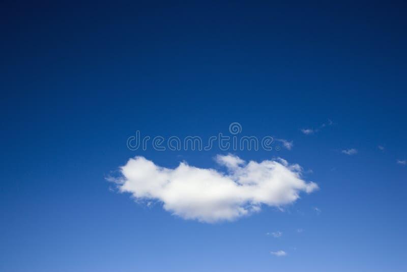 blå oklarhetssky arkivbild