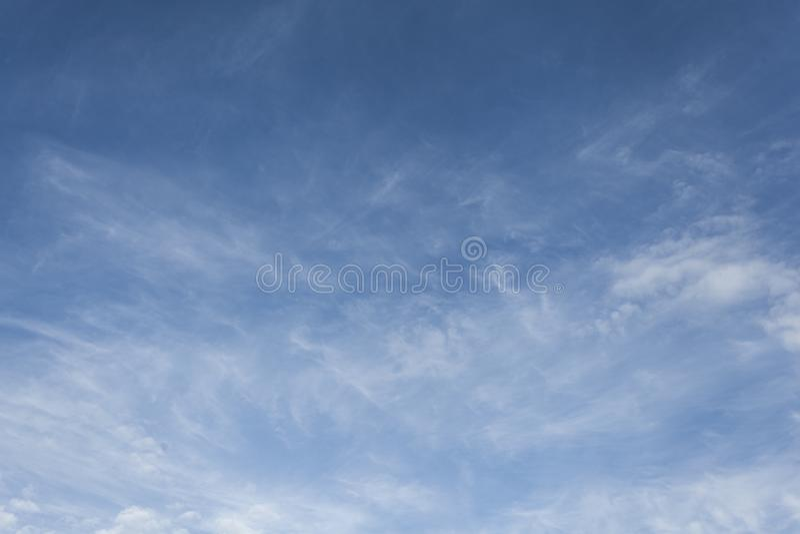 blå oklarhetssky fotografering för bildbyråer