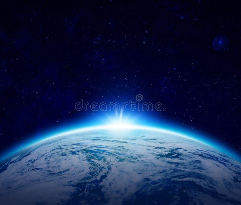 Blå planetjordsoluppgång över det molniga havet med stjärnor i himlen stock illustrationer