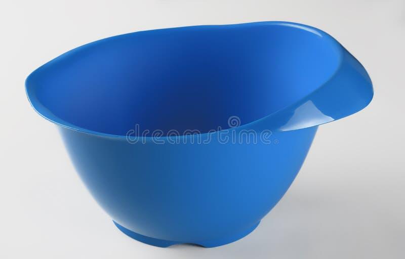 Blå plast- behållare för omrörning av kakan arkivfoto