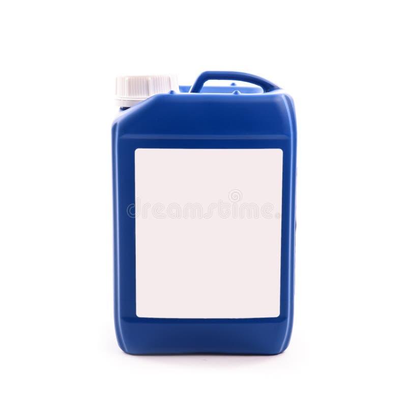 Blå plast- bensindunk som isoleras på en vit bakgrund fotografering för bildbyråer