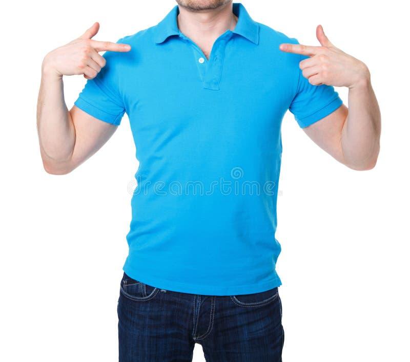 Blå poloskjorta på en mall för ung man royaltyfri foto