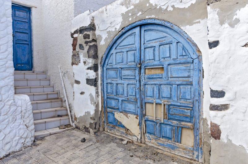 Blå port och en blå dörr royaltyfri fotografi