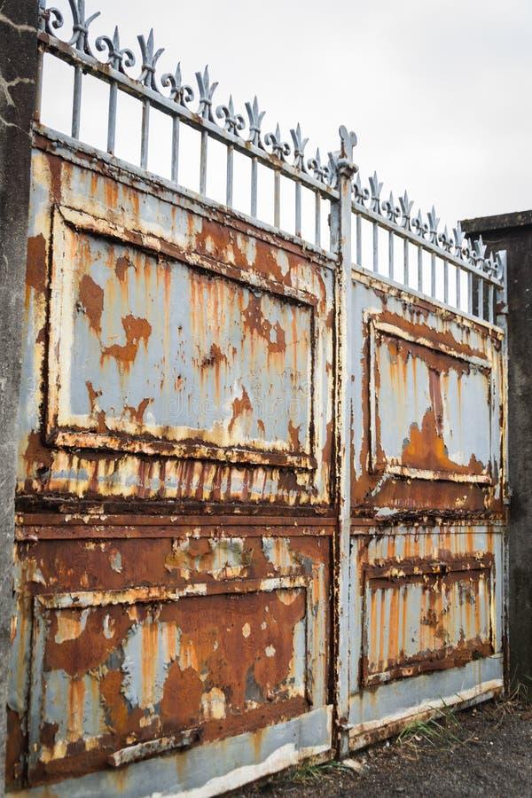 Blå portal för rostigt gammalt hus royaltyfria bilder