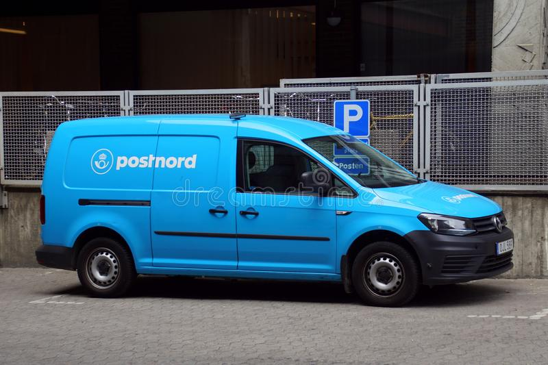 Blå PostNord-leverans van arkivfoton