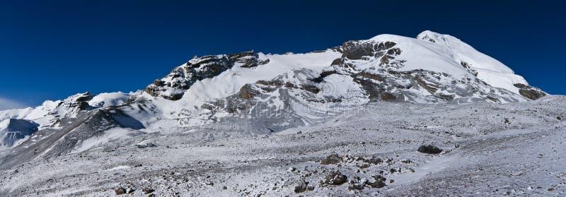 blå räknad snow för morgonbergsky under royaltyfri bild