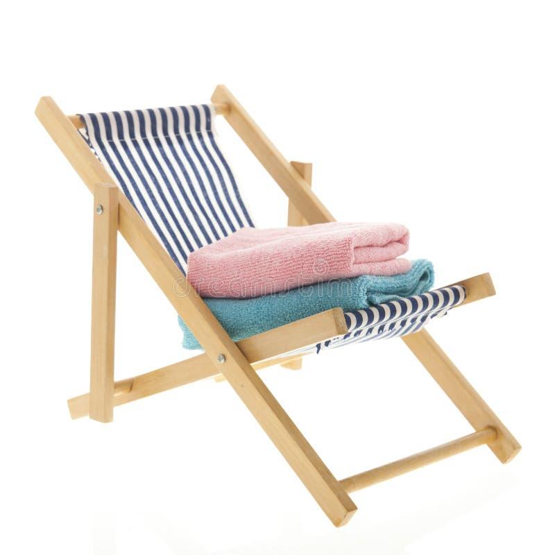 Blå randig strandstol royaltyfria foton
