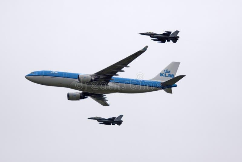 Blå reklamfilmklm boeing och jaktflygplan arkivfoton
