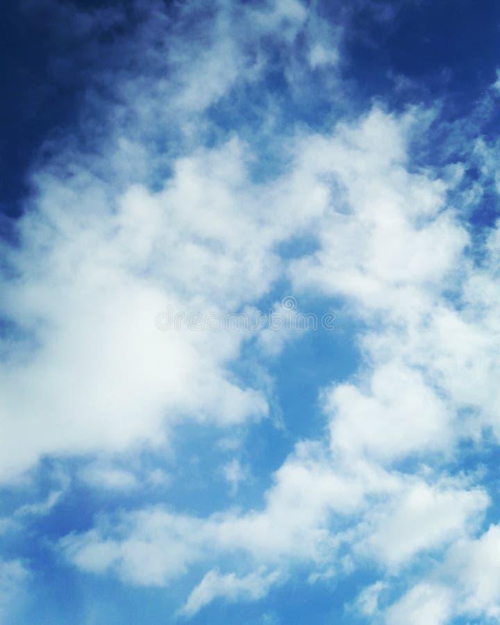 Blå ren himmel med vita moln arkivfoto