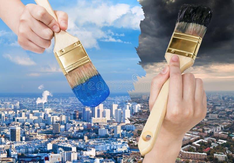 Blå rengöring för målarpenselmålarfärger och smutsig stad för mörker arkivfoton