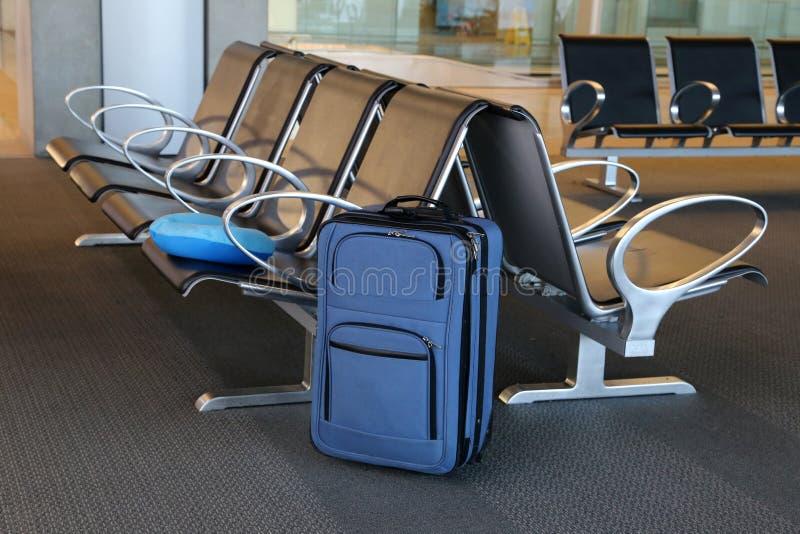 blå resväska royaltyfri foto