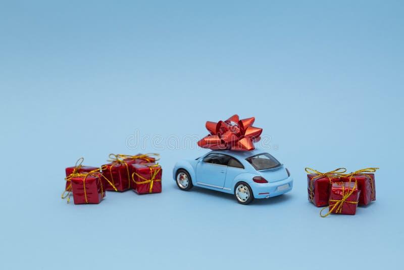 Blå retro leksakbilleverans av gåvor på blå bakgrund valentin f?r dag s dagmamma s Internationell lycklig dag f?r kvinna` s royaltyfri foto