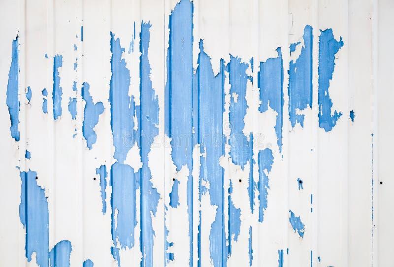 Blå ridged metallväggtextur med vit målarfärg royaltyfri bild