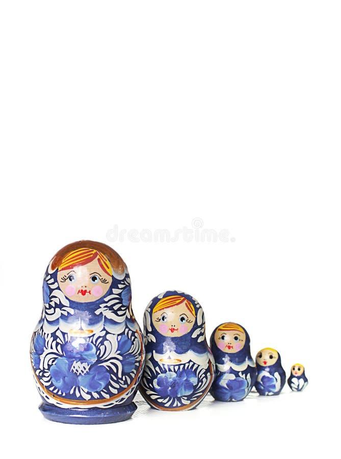 Blå rysk traditionell trädocka i linje royaltyfri bild