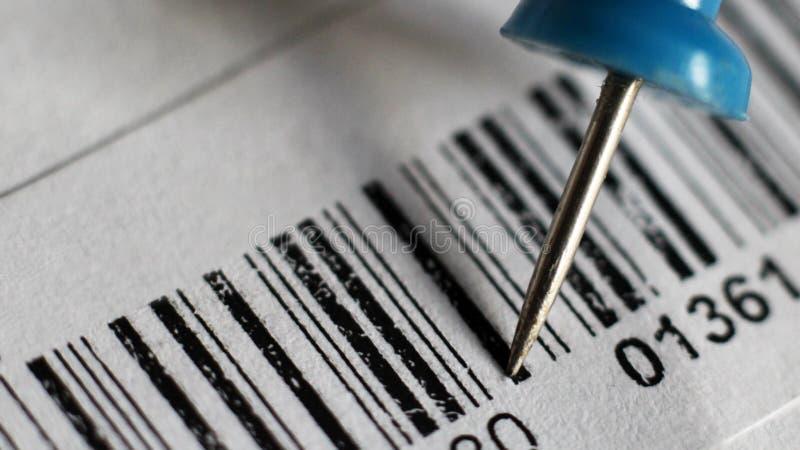 Blå så nära häftstift och barcode arkivfoto
