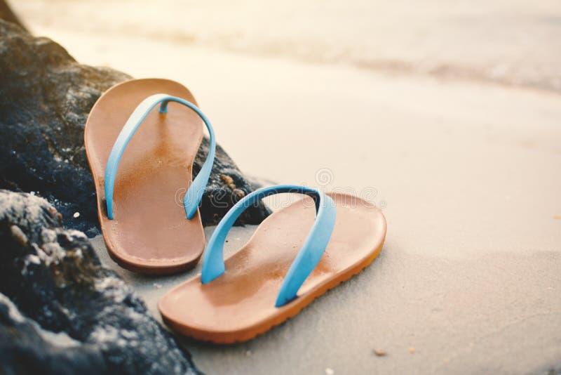 Blå sandal på stranden arkivbilder