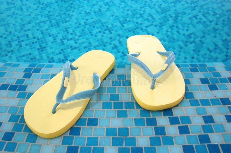 blå sandalsyellow arkivbilder