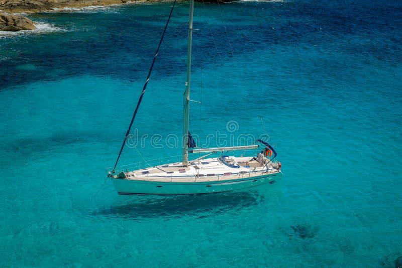 blå seglinghavsyacht royaltyfri foto