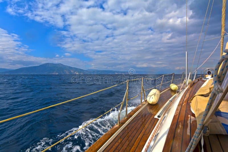 blå seglinghavsyacht arkivbilder