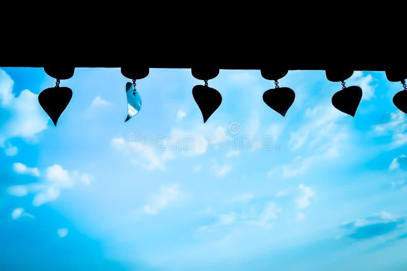 Blå signal till och med molnig himmel för fönster med bakgrund för sommar för vindchimes royaltyfri fotografi