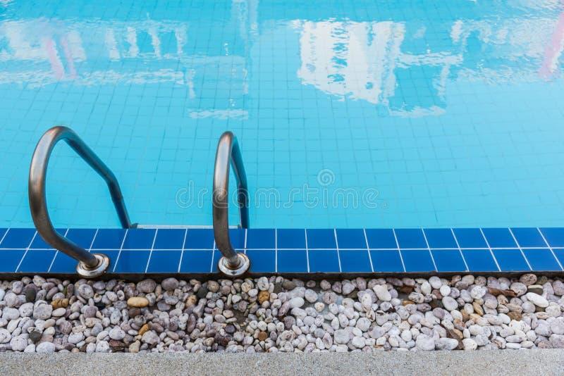 Blå simbassäng för hotell royaltyfria foton