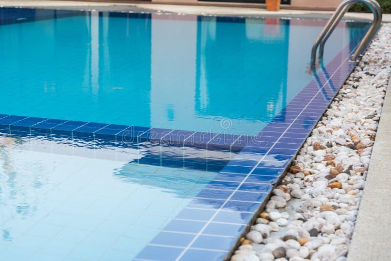 Blå simbassäng för hotell royaltyfri bild